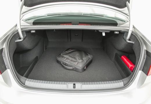 VOLKSWAGEN Passat B8 I sedan silver grey przestrzeń załadunkowa