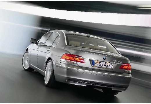 BMW Seria 7 sedan silver grey tylny lewy