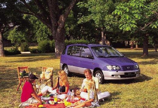 Toyota Picnic van niebieski jasny przedni prawy