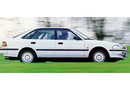 Toyota Carina hatchback biały boczny prawy