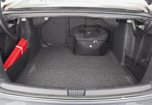VOLKSWAGEN Jetta II sedan szary ciemny przestrzeń załadunkowa