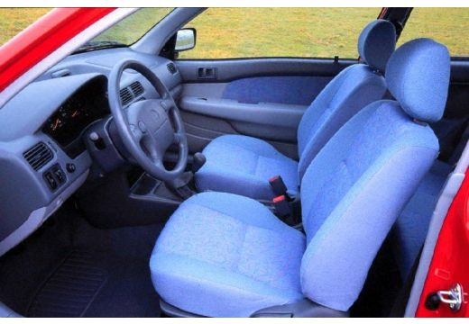 Toyota Starlet hatchback wnętrze