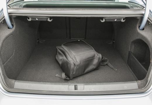 VOLKSWAGEN Passat CC sedan silver grey przestrzeń załadunkowa