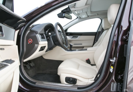 JAGUAR XF sedan wnętrze