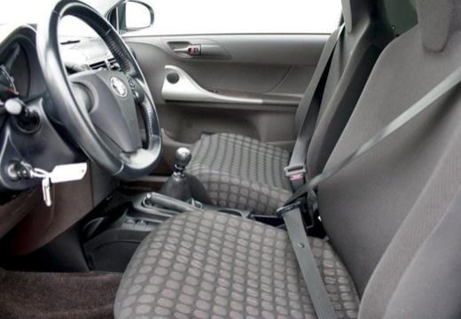 Toyota iQ hatchback wnętrze
