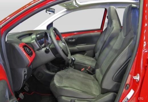 Toyota Aygo IV hatchback wnętrze