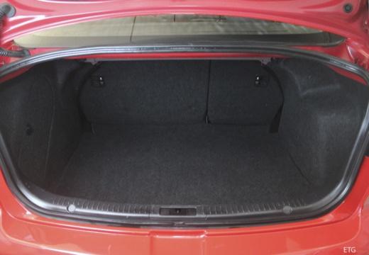 MAZDA 3 II sedan czerwony jasny przestrzeń załadunkowa
