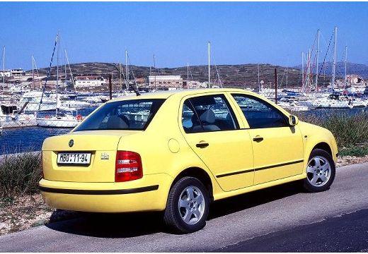 SKODA Fabia II sedan żółty tylny prawy