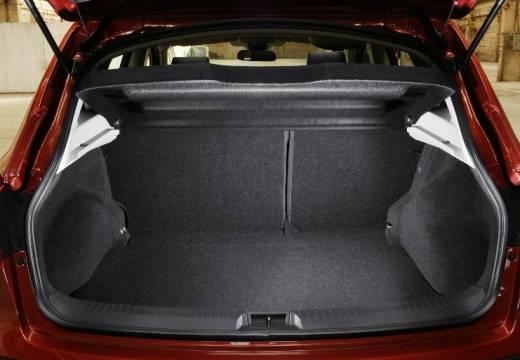 NISSAN Qashqai I hatchback czerwony jasny przestrzeń załadunkowa
