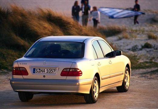 MERCEDES-BENZ Klasa E W 210 II sedan silver grey tylny prawy