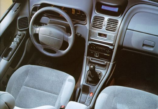 RENAULT Laguna II hatchback wnętrze