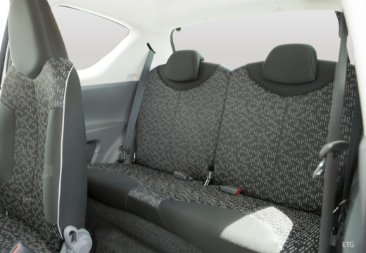PEUGEOT 107 hatchback wnętrze
