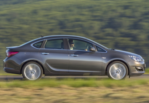 OPEL Astra IV sedan silver grey boczny prawy