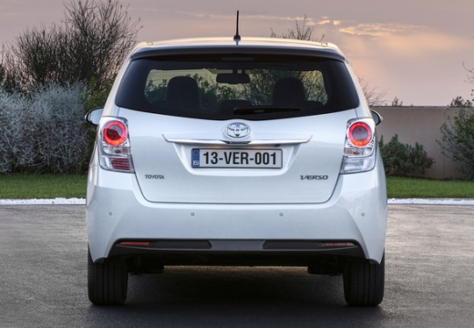 Toyota Verso kombi mpv biały tylny