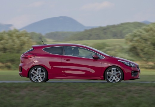 KIA Ceed hatchback czerwony jasny boczny prawy