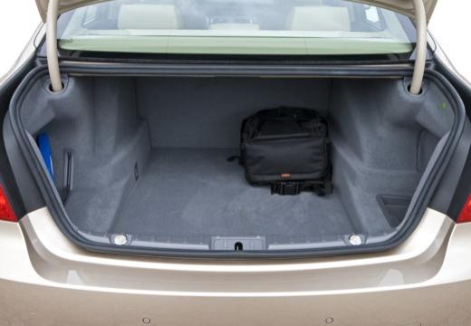 BMW Seria 7 F01 F02 I sedan silver grey przestrzeń załadunkowa