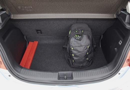 MAZDA 2 III hatchback silver grey przestrzeń załadunkowa