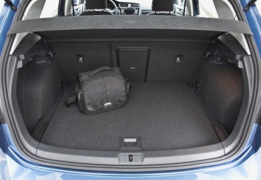 VOLKSWAGEN Golf e- I hatchback niebieski jasny przestrzeń załadunkowa