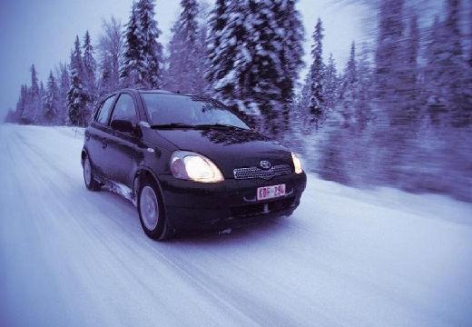 Toyota Yaris I hatchback czarny przedni lewy
