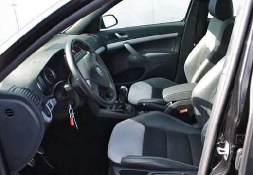 SKODA Octavia II I hatchback wnętrze