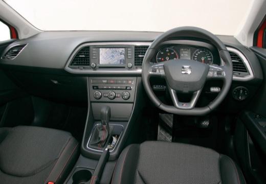SEAT Leon IV hatchback czerwony jasny tablica rozdzielcza