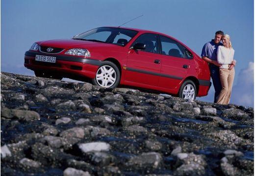 Toyota Avensis hatchback czerwony jasny przedni lewy