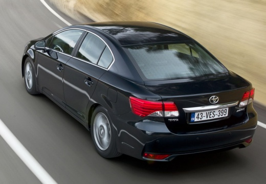 Toyota Avensis sedan czarny tylny lewy