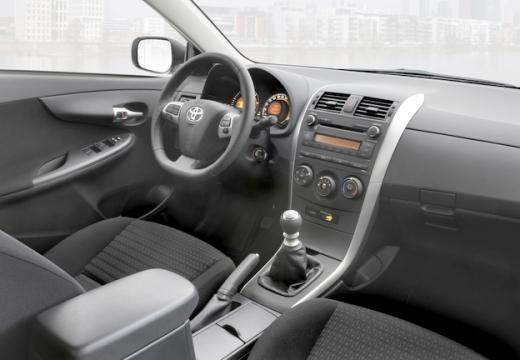Toyota Corolla II sedan wnętrze