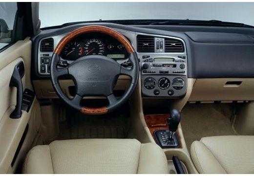 NISSAN Primera III hatchback wnętrze