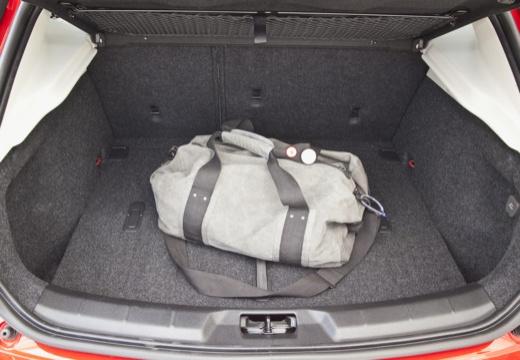 VOLVO V40 IV hatchback czerwony jasny przestrzeń załadunkowa