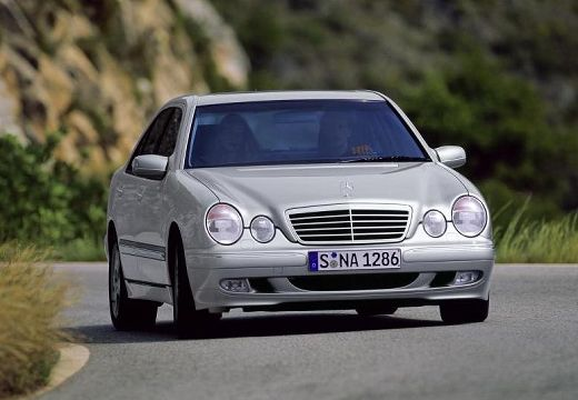 MERCEDES-BENZ Klasa E W 210 II sedan silver grey przedni prawy