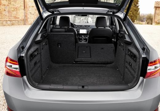 SKODA Superb III I hatchback szary ciemny przestrzeń załadunkowa