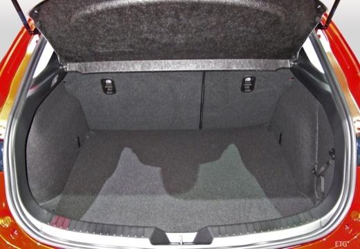 MAZDA 3 VI hatchback przestrzeń załadunkowa