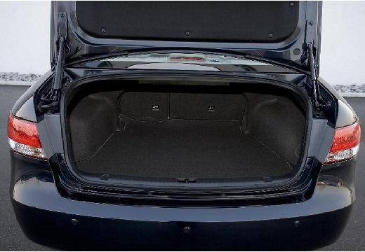 HYUNDAI Sonata VI sedan czarny przestrzeń załadunkowa