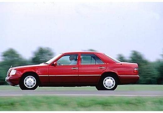 MERCEDES-BENZ Klasa E W124 sedan czerwony jasny boczny lewy