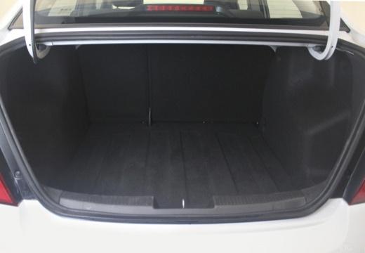 CHEVROLET Aveo III sedan biały przestrzeń załadunkowa