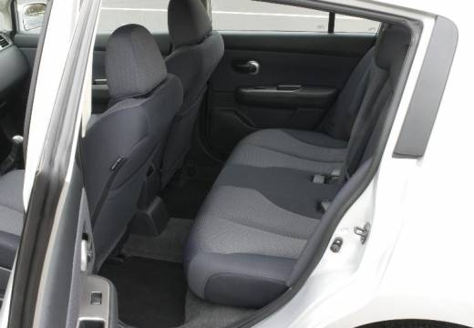 NISSAN Tiida II hatchback silver grey wnętrze