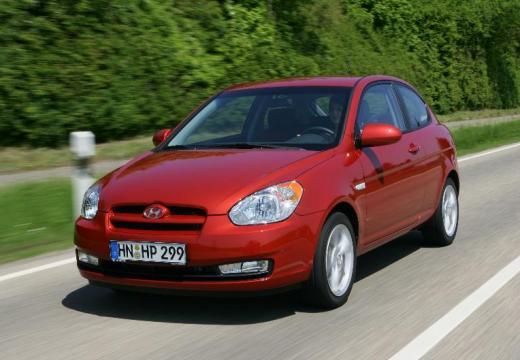 HYUNDAI Accent hatchback czerwony jasny przedni prawy