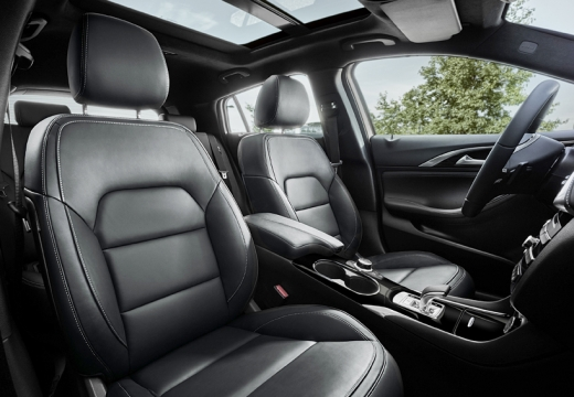 INFINITI Q30 hatchback brązowy wnętrze