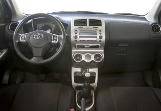 Toyota Urban Cruiser I hatchback fioletowy tablica rozdzielcza