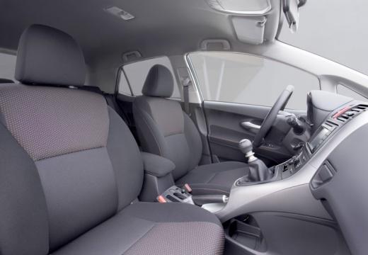 Toyota Auris II hatchback wnętrze