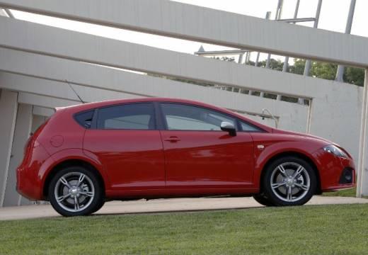 SEAT Leon II hatchback czerwony jasny boczny prawy