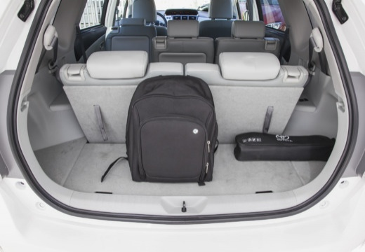 Toyota Prius + I kombi biały przestrzeń załadunkowa