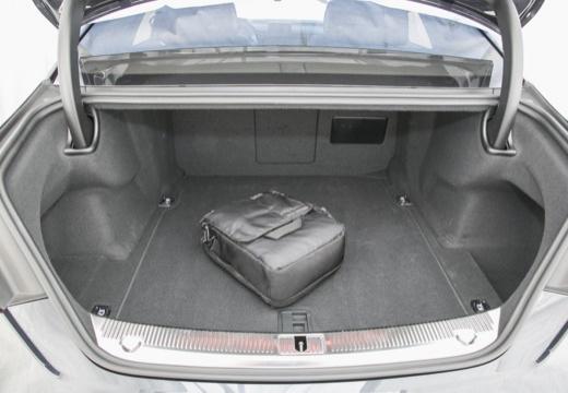 AUDI A8 D4 II sedan przestrzeń załadunkowa