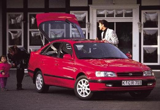 Toyota Carina hatchback czerwony jasny przedni prawy