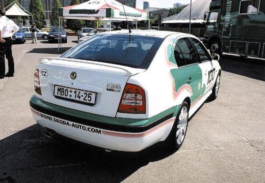 SKODA Octavia II hatchback biały tylny prawy