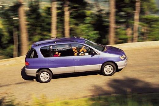 Toyota Picnic van niebieski jasny boczny prawy