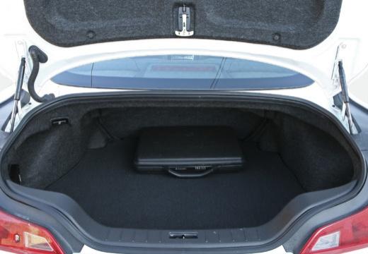 INFINITI G37 coupe biały przestrzeń załadunkowa