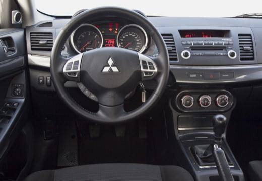MITSUBISHI Lancer Sportback hatchback biały tablica rozdzielcza