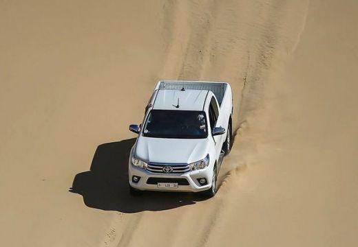 Toyota HiLux pickup biały górny przedni